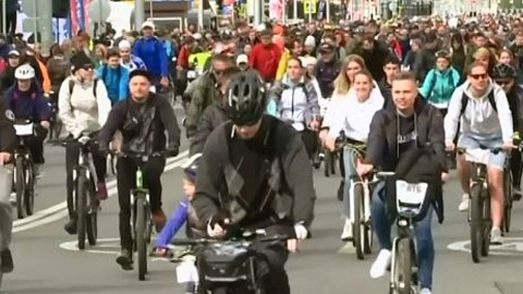 Mass Moscow bike ride attracts 30,000 | Sky News Australia