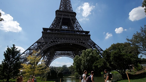 Eiffel Tower closed after man tries to climb up the side | Sky News Australia