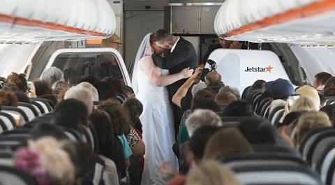 Aviation enthusiasts tie the knot on board a Jetstar flight | Sky News Australia