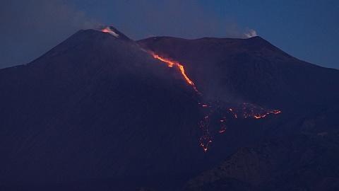 Mount Etna erupts on Sicily, triggering airport closures | Sky News Australia