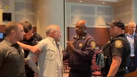Chaos erupts at Virginia school board meeting with two parents arrested | Sky News Australia