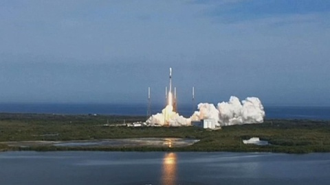 SpaceX scores multibillion-dollar moon landing contract | Sky News Australia