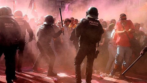 Riot police fire tear gas at protestors in Barcelona | Sky News Australia