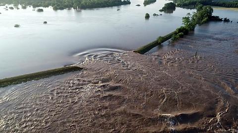 Record floods breach Arkansas river levee, forcing evacuation   Sky News Australia