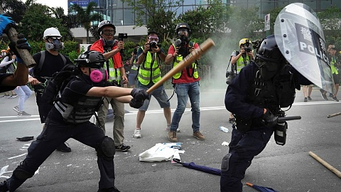 Hong Kong police violently clash with protestors | Sky News Australia