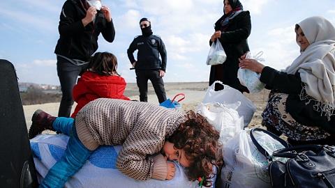 Hundreds of migrants gather on Turkey-Greece border  | Sky News Australia